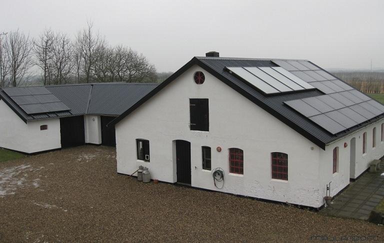Udhuset - nu med 27x255W solcelle paneler og 10m2 solvarme